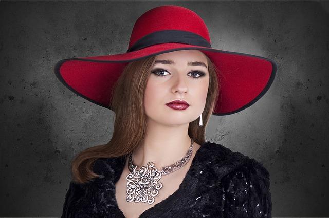 žena v červeném klobouku
