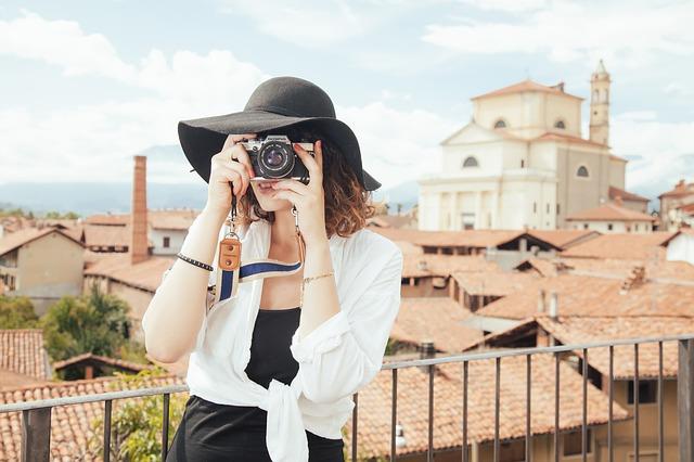 fotografka v černém klobouku