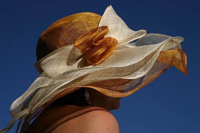 módní klobouk v okrové barvě