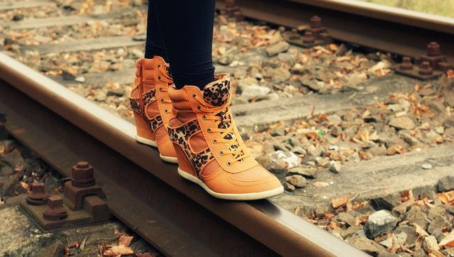 dívka na koleji v zímních botech