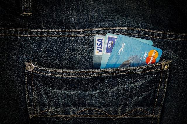 platební karty v zadní kapse