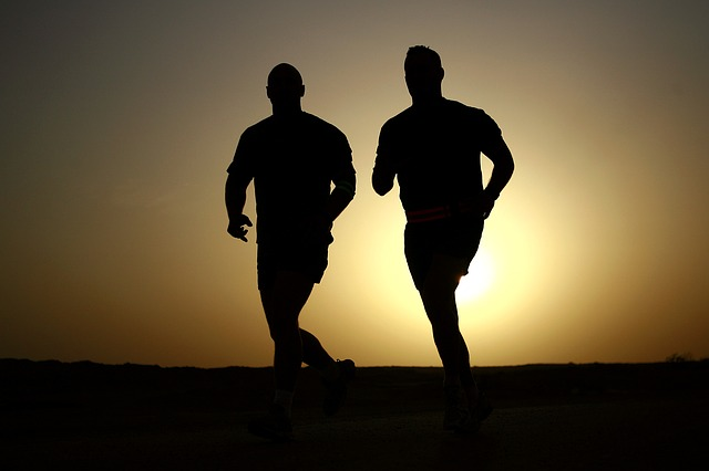 běžci při západu slunce