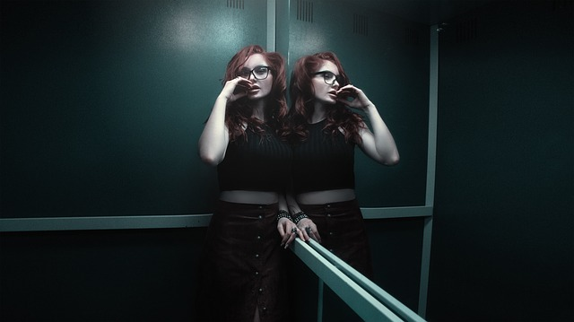 žena ve výtahu
