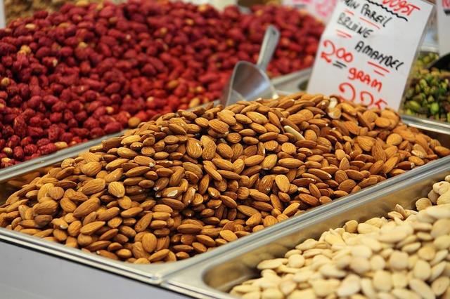 prodej ořechů na trhu