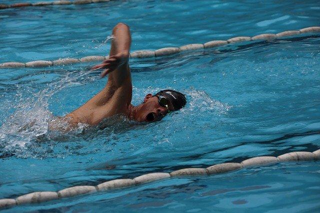 mladík v bazéně
