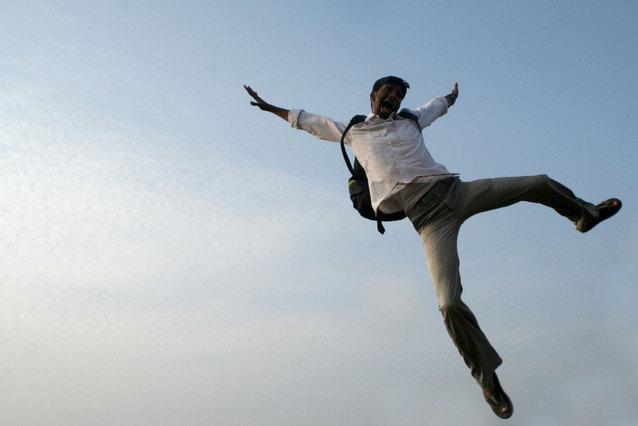 muž s batůžkem při výskoku.jpg