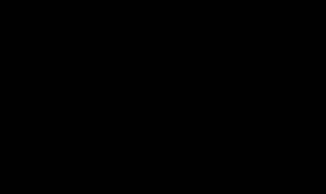 Skupina lidí zachycených ve výskoku-siluety