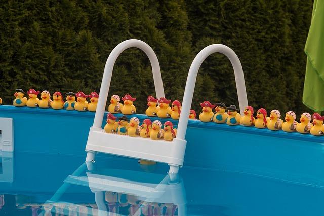 schůdky k bazénu