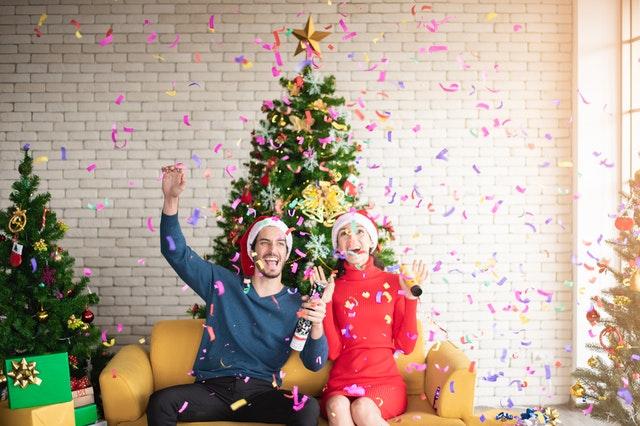 muž a žena slaví vánoce