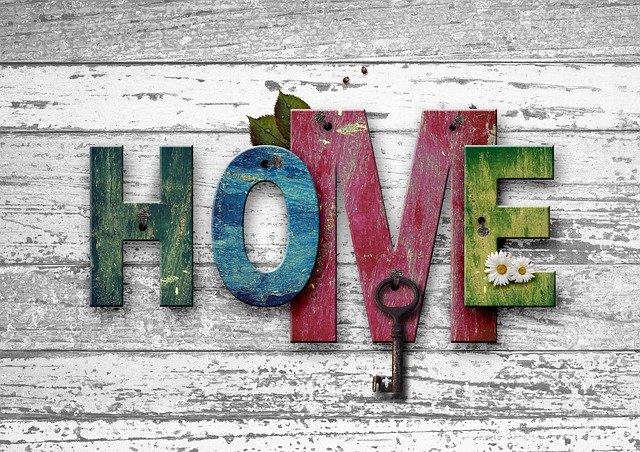 Dekorace ze dřeva-barevný nápis HOME