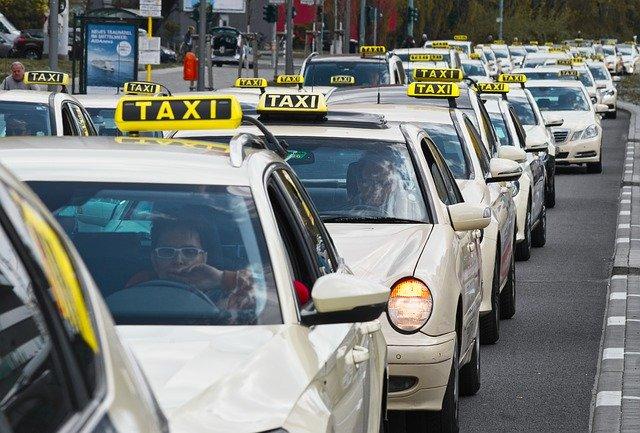 řada taxíků