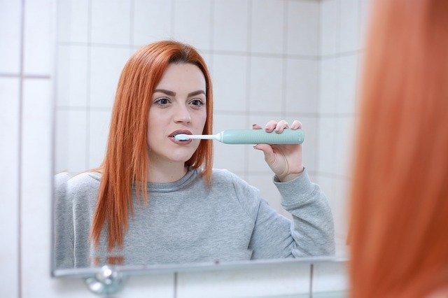 Žena čistící zuby
