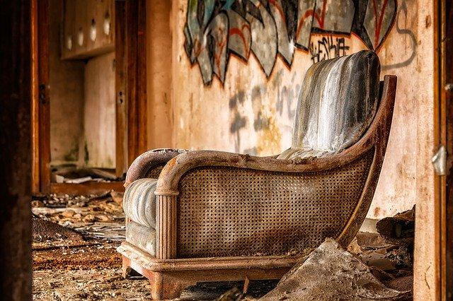 staré křeslo ve zničeném bytě